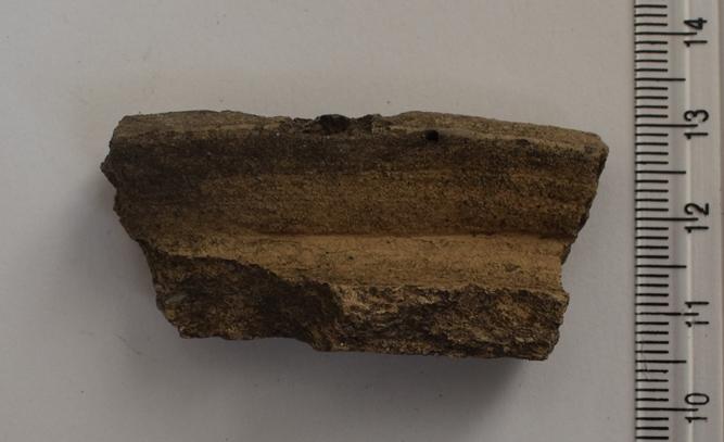 Археологія. Фрагмент гончарної посудини з відігнутим і сплощеним краєм вінця. ХІ-ХІІ ст.