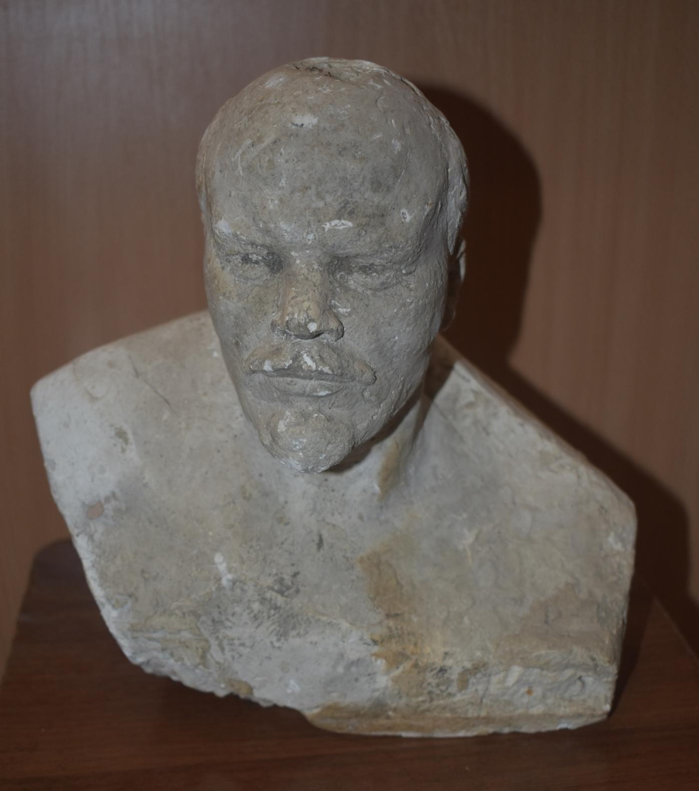 """Мистецтво. Скультура. Бюст (горельєф, фрагмент) """"Портрет В. І. Леніна"""""""
