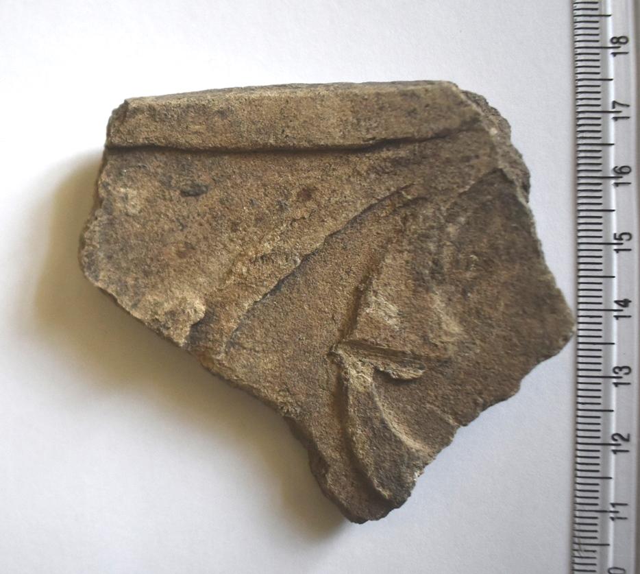 Археологія. Фрагмент кахлі, оздобленої рослинним орнаментом. ХVII ст.