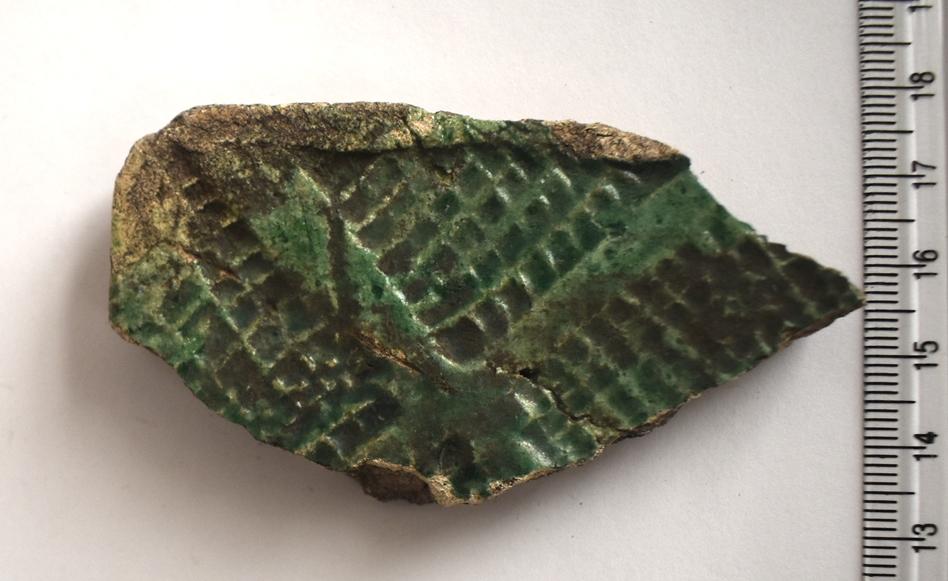 Археологія. Фрагмент полив'яної пічної кахлі, декорованої штампом. ХVІІ ст.