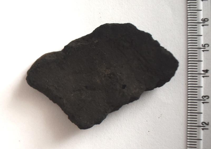 Археологія. Фрагмент стінки ліпної гончарної посудини з домішками кварциту. Доба бронзи.